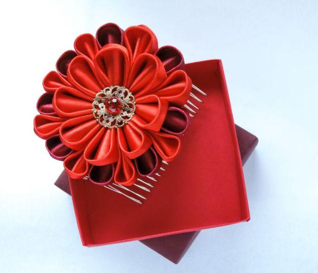 crizantema rosie satin - floare kanzashi cu cutie