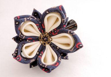 Lotus mic din matase albastra bleumarin cu alb - kanzashi handmade