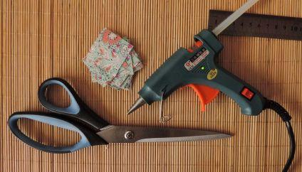 În primă fază, este nevoie să faci petalele din mătase sau din satin, dacă alegi să creezi cercei din panglică de satin.