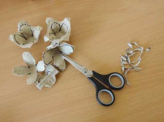 Tutorial - egg carton roses - DIY flower decorations - cutting petals