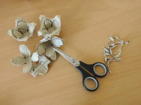 Tutorial - egg carton roses - DIY flower decorations - cutting petals