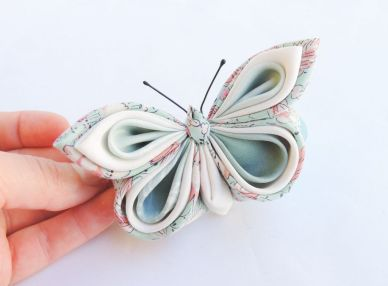 Fluture kanzashi din matase bleu pe clama de par