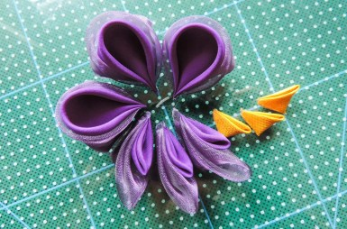 Iris flower tutorial - making the yellow petals 3