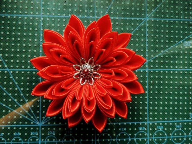 Crizantema rosie din satin cu accesorii argintii