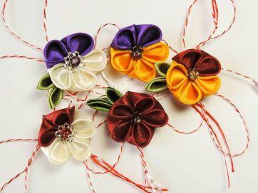 Martisoare cu flori handmade din satin foarte dragute