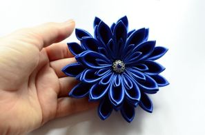 Crizantema bleu roial argintiu pentru nașă