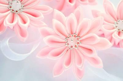 Flori roz pentru prins pe mana domnisoare de onoare