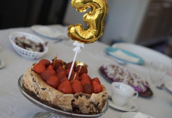 Brownie-marängtårta med chokladswirl