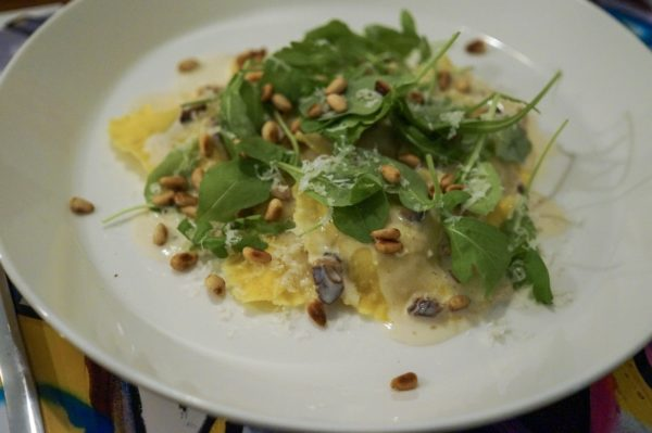 Ravioli med svampfyllning, vitvinssås och pinjenötter