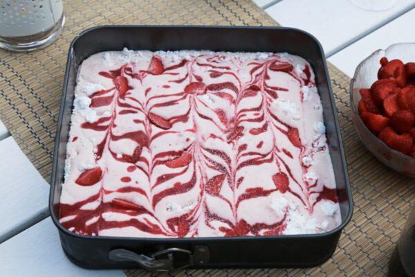 Ljuvlig semifreddo med jordgubbar och maränger