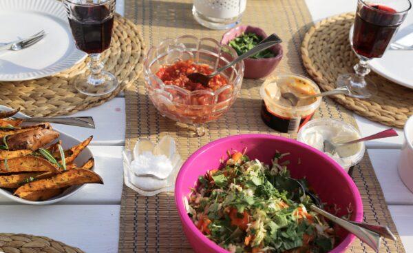 Asiatisk coleslaw och sötpotatisklyftor i ugn