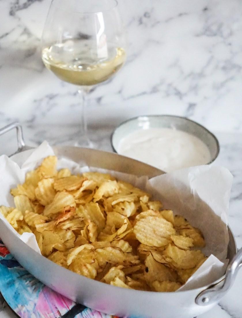 Varma chips med krämig tryffeldipp