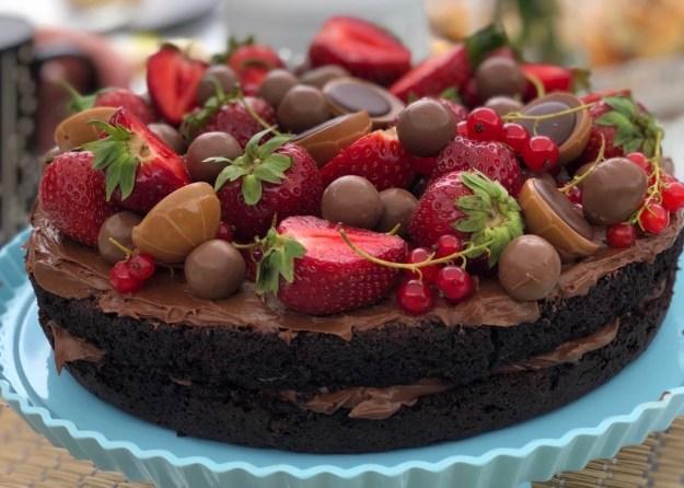 Ljuvlig chokladtårta med jordgubbar, Malteser och Toffifee