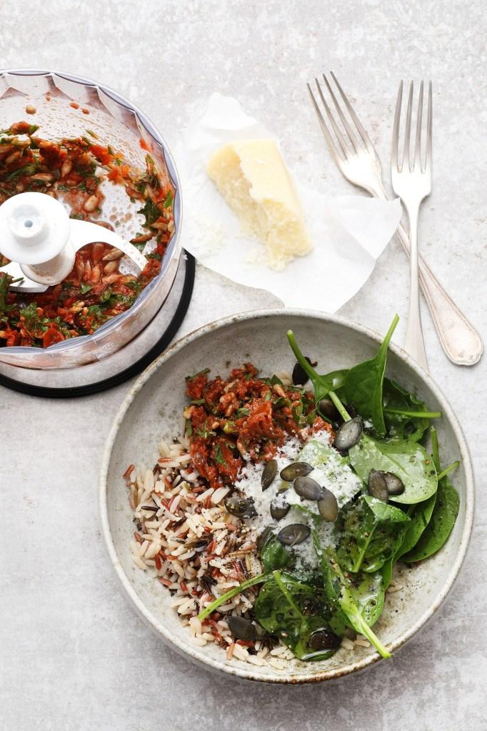 Bowl mit Reis und Tomatenpesto
