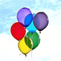 Balony różnokolorowe na tle nieba