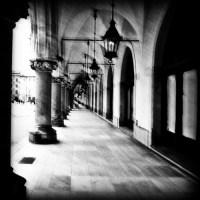 Pasaż kolumny okna lampy rozmyte czarno-białe zdjęcie