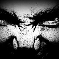 Potwór wyłaniający się z mroku