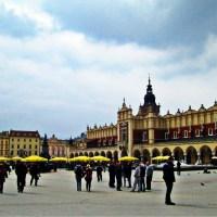 Rynek Kraków parasole turyści Polska
