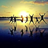 Zabawa na plaży przy zachodzie słońca