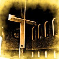 Żółty krzyż w mgle na tle kościoła