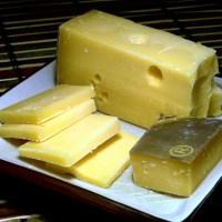 Żółty ser na talerzu