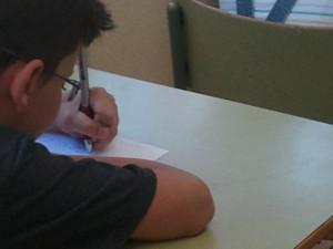 F_niño escribiendo