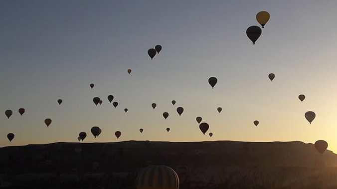 montgolfières (ballons) dans le ciel de cappadoce en turquie