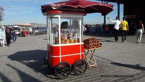 simitçin vendeur de simit dans sa roulotte rouge à Istanbul Turquie