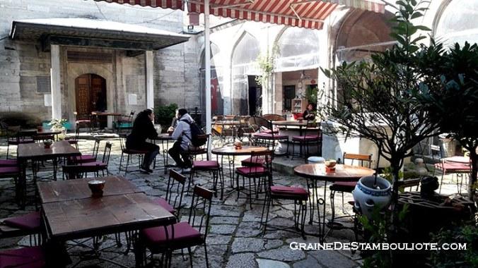 caferaga medresesi, ancienne medersa accueillant des ateliers d'artisanat turc traditionnel à Istanbul