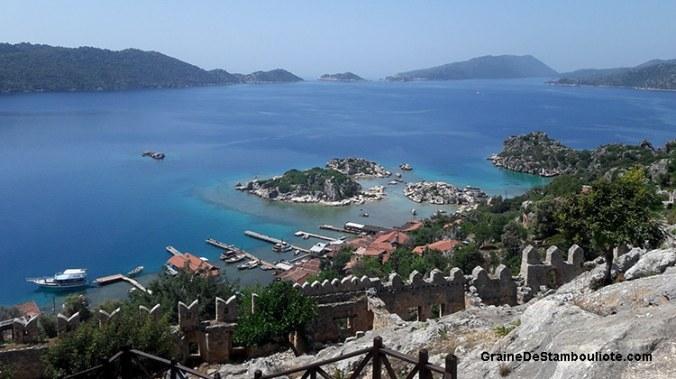 vue depuis le château Saint-Jean, des Croisés, au village de Kalekoy, sur la lagune de Kekova, côte turquoise méditerranéenne de Turquie