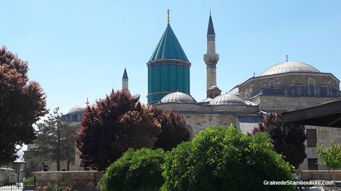 musée de Celaleddin Rumi, Mevlana, fondateur des derviches tourneurs. Son dôme conique cannelé de céramiques vertes caractéristiques, Konya, Turquie. Renferme le mausolée de Rumi.