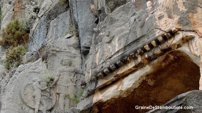 tombeau rupestre, fronton sculpté. personnages gravés dans la pierre. site antique lycien de Myra à Demre en Turquie