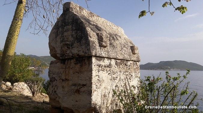 tombeau lycien dans la nécropole de Kaleköy, face à l'île de Kekova en Turquie, sur la côte turquoise méditerranéenne