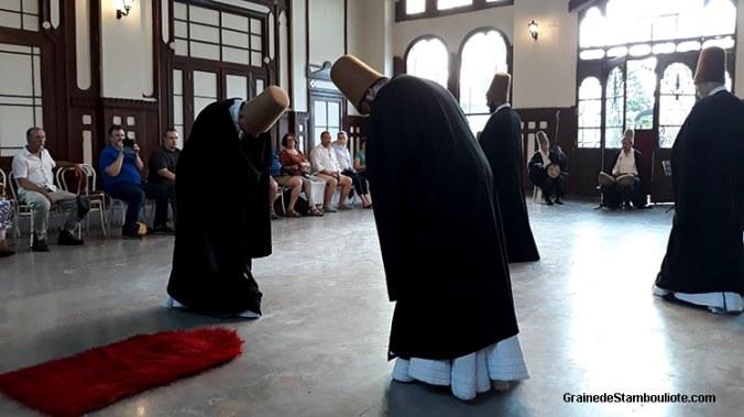 derviches tourneurs lors de la salutation des âmes, marche de Sultan Veled, pendant la cérémonie du sema