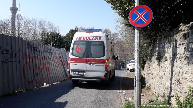 istanbul pendant le confinement, une ambulance dans les rues désertes d'Istanbul, Covid