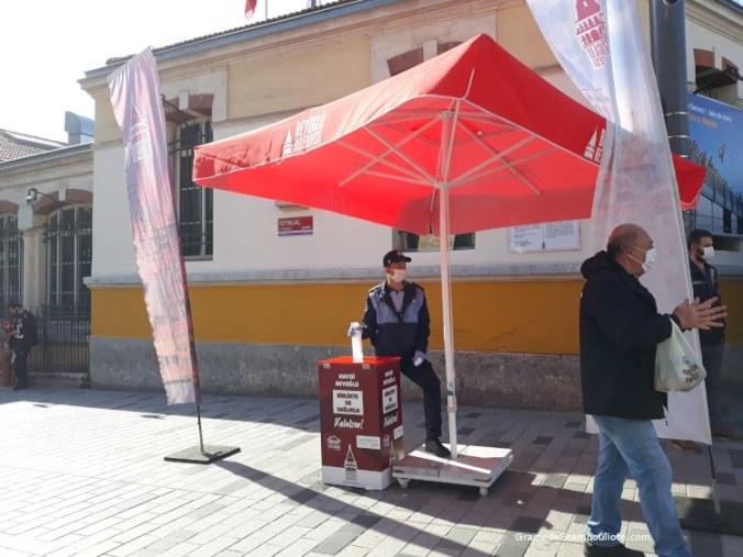 distribution en gel hydroalcoolique et masques sur la rue Istiklal à Istanbul Turquie pendant Covid