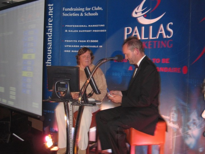 Pallas Marketing Executive and Master of Ceremonies George McGrath writes out a cheque to the amount of 500 euro for one lucky contestant at the Grainne Mhaols LGFA/  Na Fianna Rua OHC ''Who Wants To Be A Thousandaire'' fundraiser in the Station House Hotel, Clifden.
