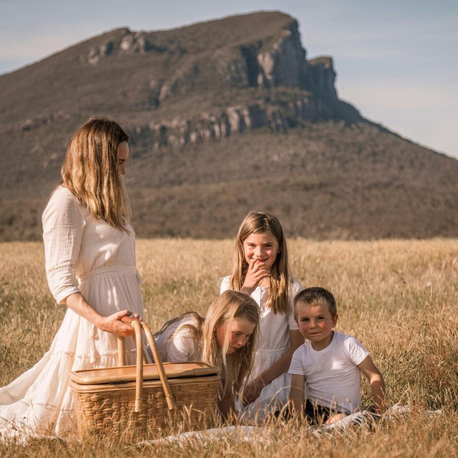 Spinifex shoot Amanda with kids