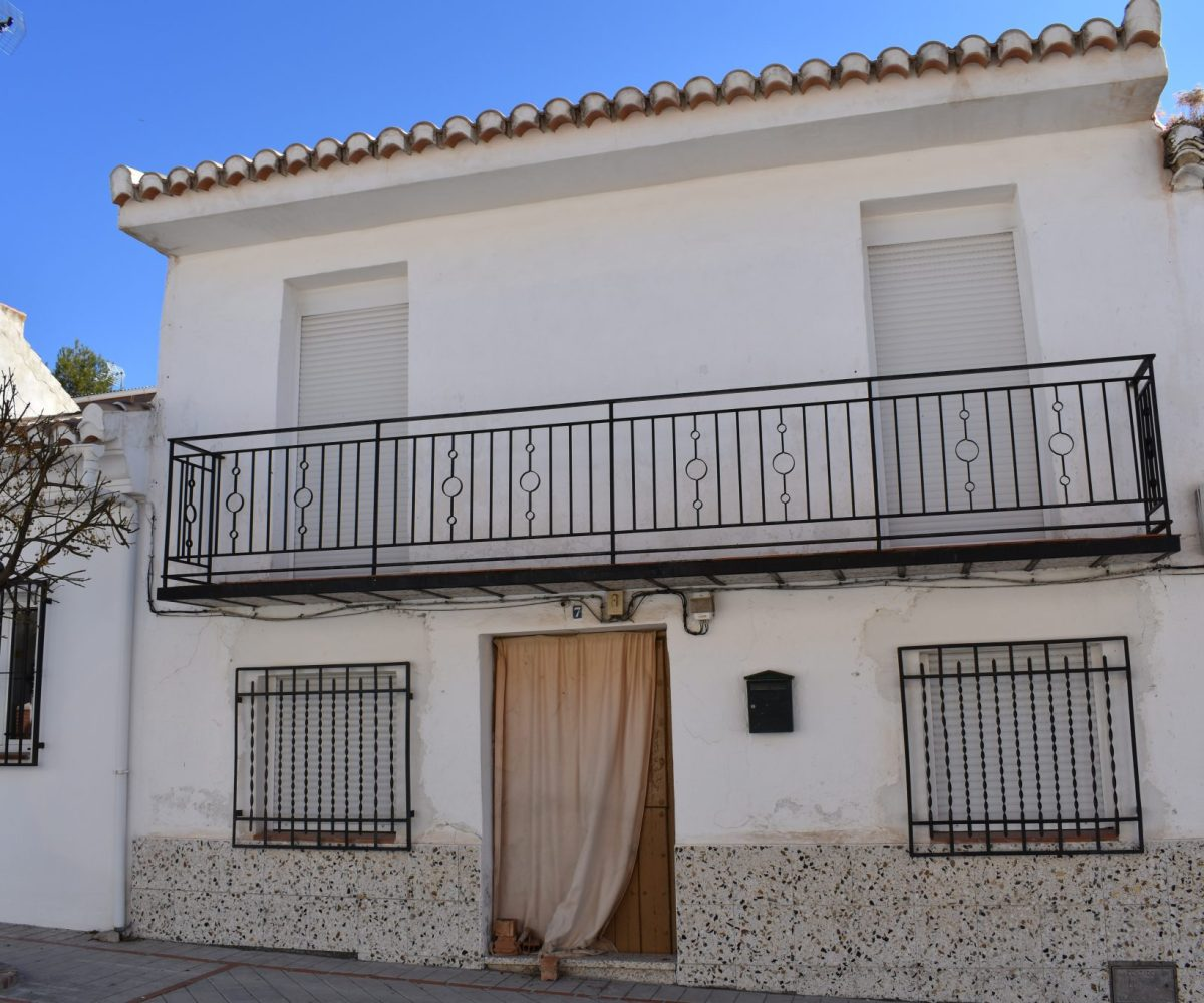 Granada estate agency are proud to present for sale a well located town house, 15 minutes drive from the historical hot springs town of Alhama de Granada.