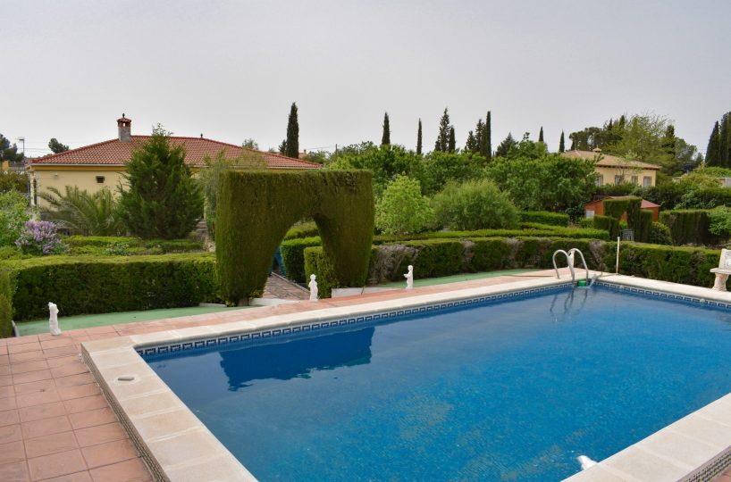 Granada estate agency are proud to present for sale a well presented detached villa enjoying 5 bedrooms, 3 bathrooms, 8x4m swimming pool, landscaped gardens with Sierra Nevada views and a self contained guest apartment. Ideally located in Moraleda de Zafayona only 20 minutes drive from Granada city centre.