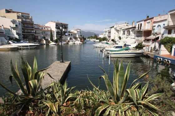 Vista de las viviendas con amarres en los canales de Empuriabrava (Girona), afectados por la ley de costas. / PERE DURAN