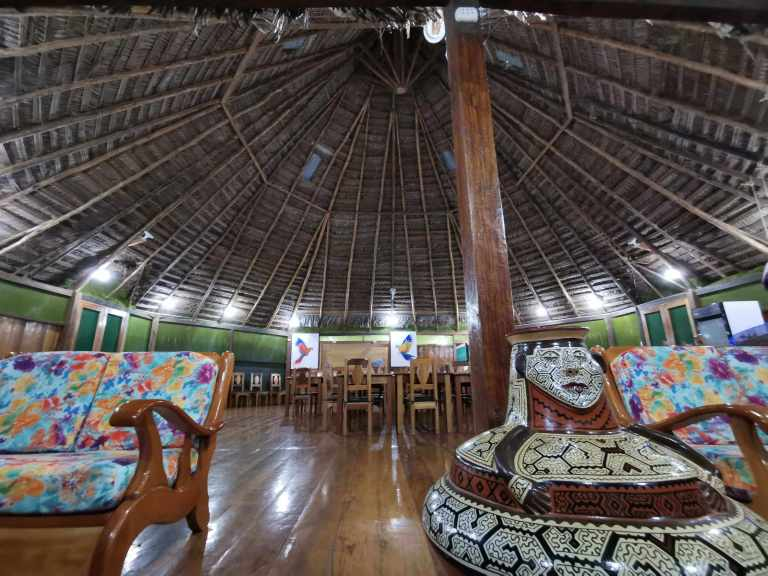 Área de comedor octogonal en Grand Amazon Lodge and Tours