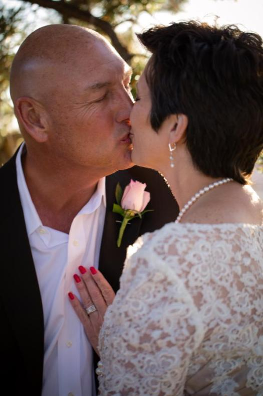 grand canyon wedding bride and groom kissing