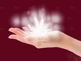 Mano con sopra l'energia del Reiki sottoforma di fiore di loto