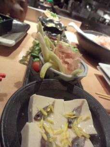 Du tofu avec de petits poissons... saupoudré de pétales de fleurs !