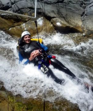 stagiaire canyoneur initiation en pleine action
