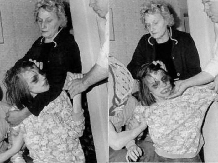 Anneliese Michel es sujetada por su madre durante el exorcismo. - La trágica historia de Anneliese Michel, la verdadera Emily Rose