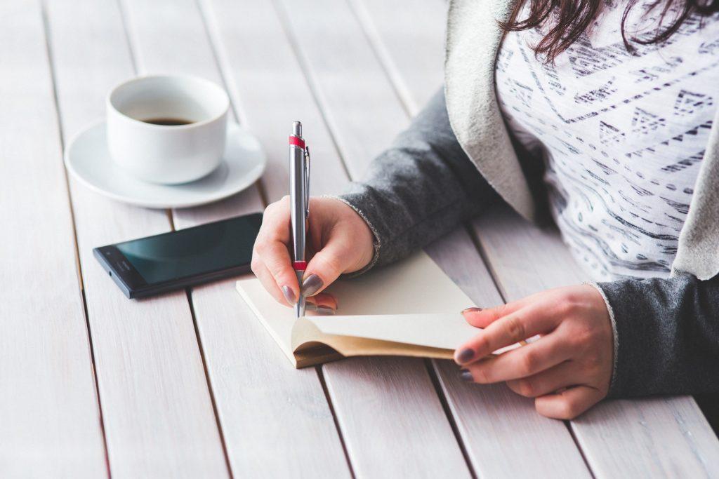 femme qui écrit