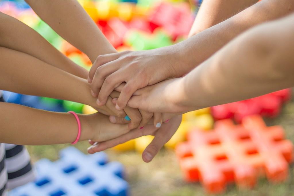 mains d'enfants ensemble