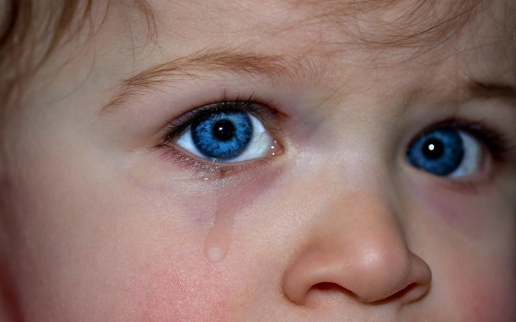 yeux enfant triste